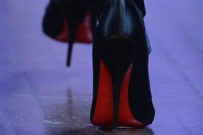 La sentenza della corte dell'Aja è chiara: solo le scarpe Louboutin possono avere la suola rossa