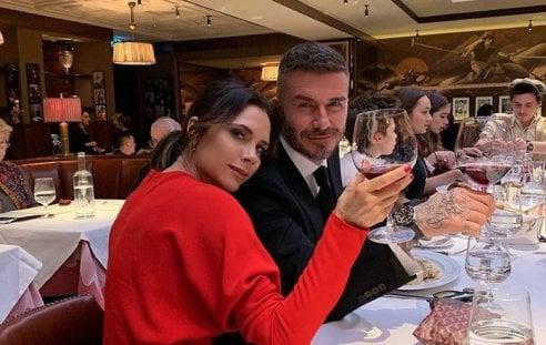 Victoria Beckham abbracciata a David festeggia il successo in passerella. E colleziona cuori su Instagram