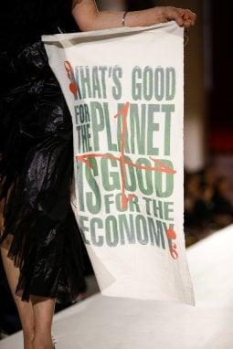 Un momento della sfilata di Vivienne Westwood