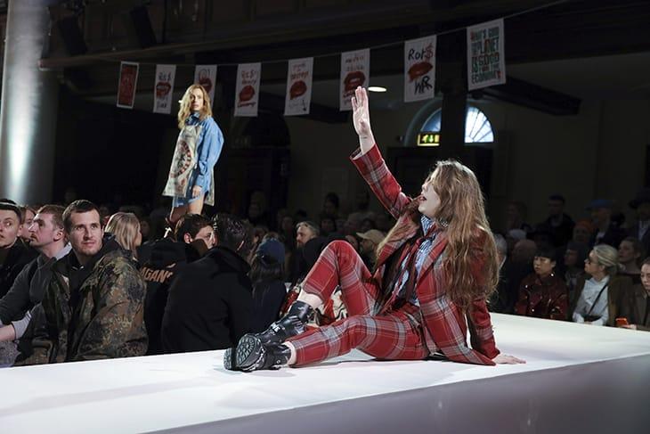 Una modella sulla passerella di Vivienne Westwood parla al pubblico