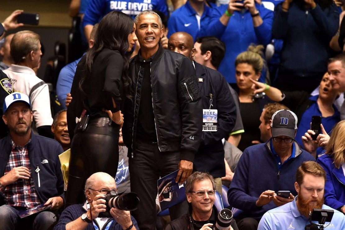 Barack Obama indossa un bomber e conquista tutti: il nuovo stile casual dell'ex presidente USA