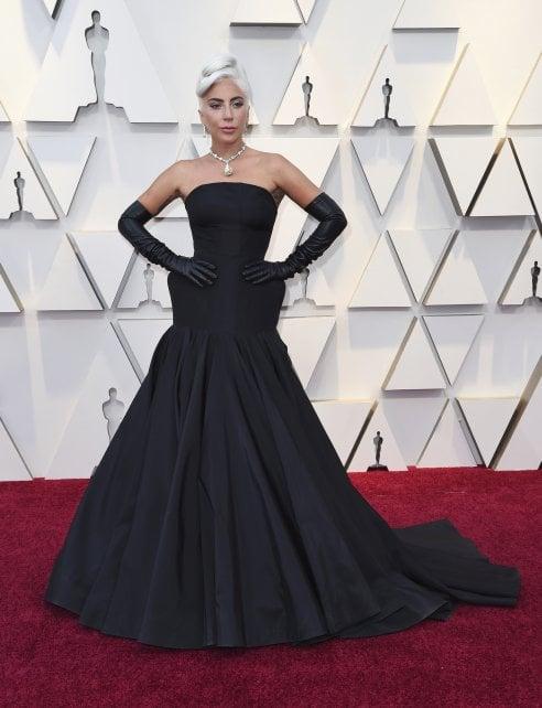 Promossa  Lady Gaga non sbaglia nella notte degli Oscar e si dimostra una  regina di stile con un elegantissimo abito nero firmato Alexander McQueen. 8d469999e14