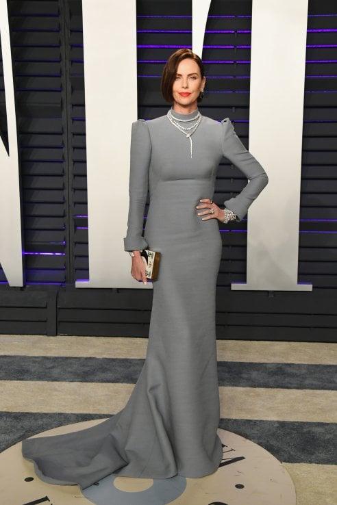 3fb8a5e07a34 Look vincente non si cambia  sembra il motto di Charlize Theron che dagli  Oscar al party di Vanity Fair si presenta con lo stesso abito. Complimenti.