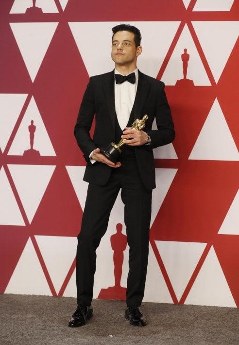 8c3a7140ed13 Rami Malek, vincitore del premio Oscar come miglior attore protagonista con  un abito dal taglio classico di Saint Laurent
