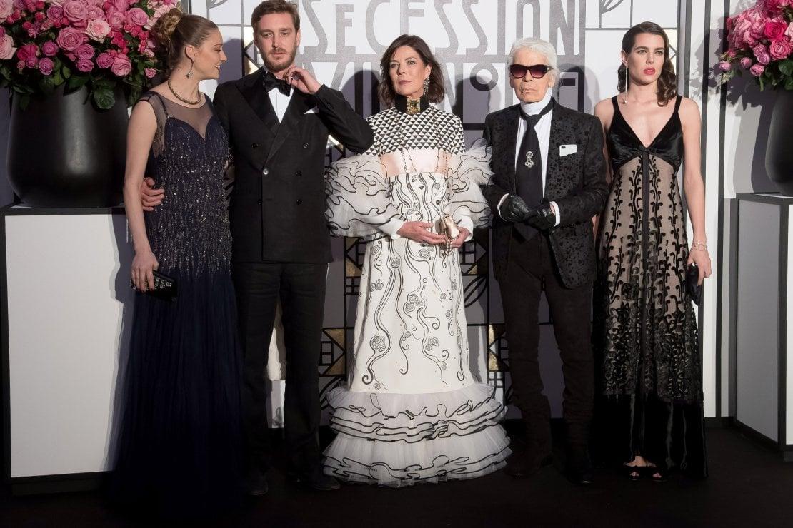 Pierre e Beatrice Casiraghi, la princessa Carolina di Hanover, Karl Lagerfeld e Charlotte Casiraghi al Ballo della Rosa nel 2017. Monte Carlo
