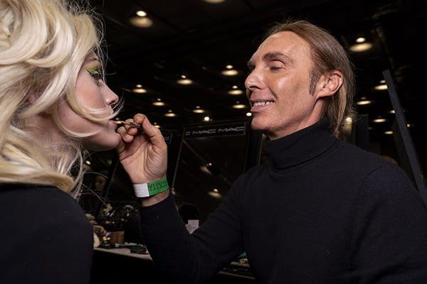 Da Moschino nel backstage Michele Magnani Global Senior Artist @MACCosmeticsItalia fa gli ultimi ritocchi