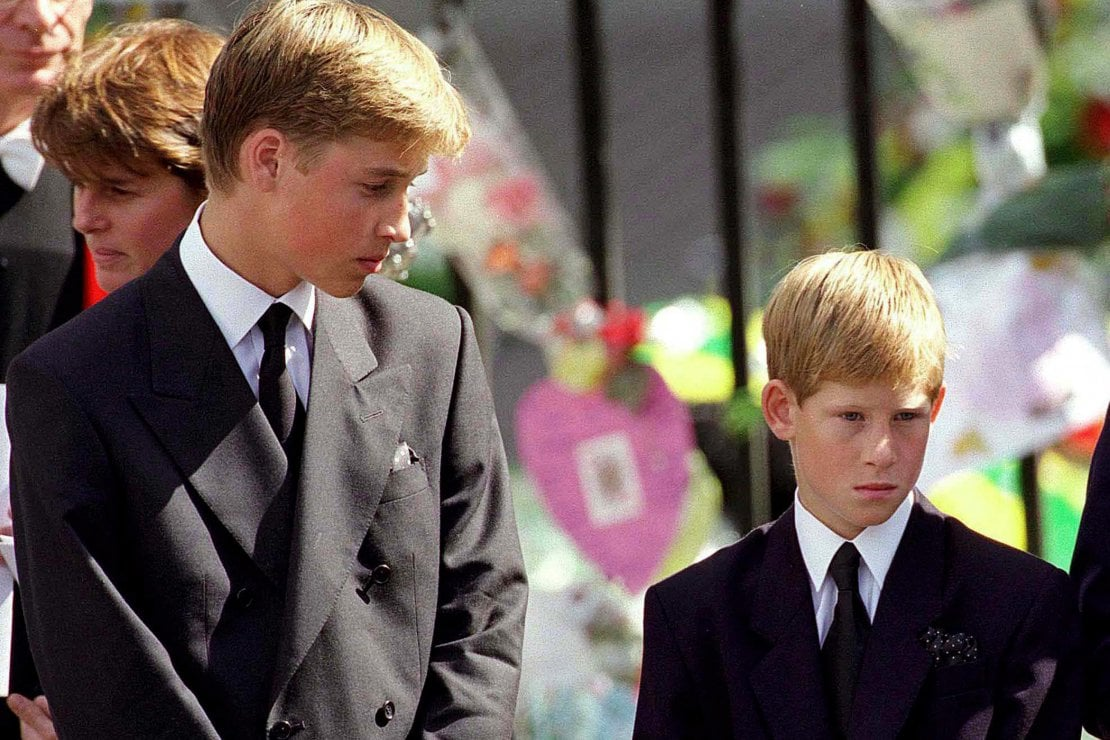 William (15 anni) e Harry (13) nel 1997 ai funerali della madre Lady Diana Spencer, morta a seguito di un incidente in auto a Parigi
