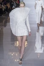 Abiti, accessori e make up: la primavera 2019 si veste di bianco