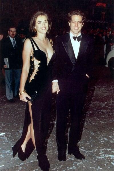 Elizabeth Hurley: a 53 anni indossa di nuovo l'abito Versace che la rese famosa 25 anni fa