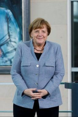Angela Merkel con la classica giacca a tre bottoni
