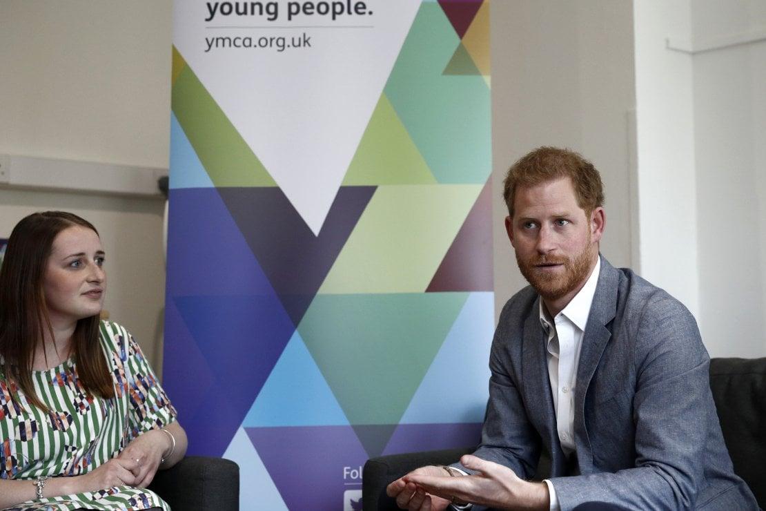 Il principe Harry di Inghilterra, 34 anni, dialoga con una giovane ambasciatrice del programma Mental Health Champions