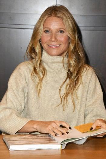 Gwyneth Paltrow firma alcune copie del suo nuovo libro, uscito negli USA. Barnes & Noble, Los Angeles, California