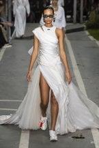 Sposarsi indossando le sneakers sotto l'abito bianco