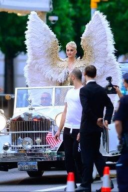 Katy Perry fa il suo arrivo spettacolare vestita da angelo al Met Ball 2018