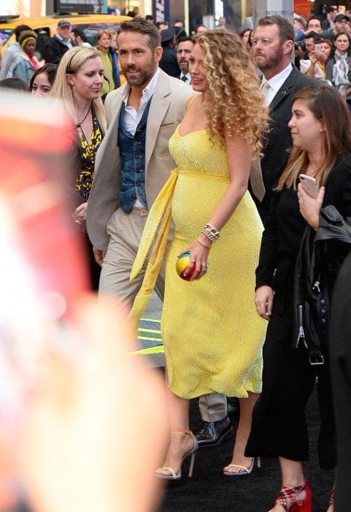 199d20d71bb3 Blake e Ryan arrivano alla première a New York e tutti scoprono che  l attrice è incinta