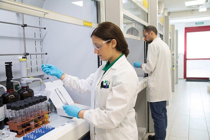 Vania Vitore nel laboratorio chimico Buzzi di Prato