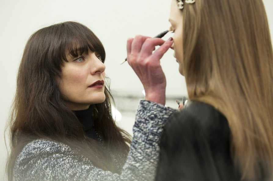 Lucia Pica trucca una modella Foto courtesy Chanel