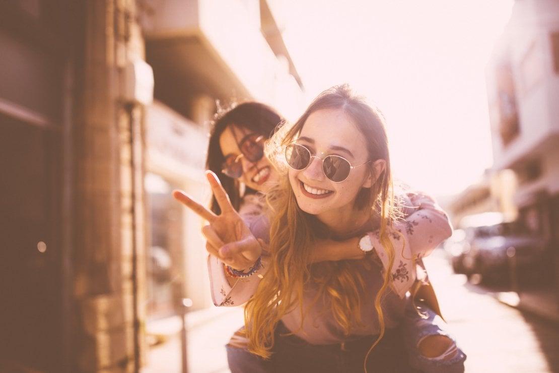 Tanti contatti, pochi amici veri. Perché facciamo sempre più fatica a curare i rapporti?