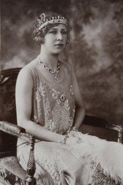 la principessa Mary, pronipote della sovrana, indossa il gioiello in una foto del 1922