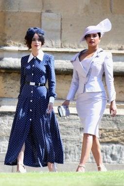 Abigail Spencer (a sinistra) indossa lo stesso abito di Kate al royal wedding di Harry e Meghan Markle. Accanto a lei in foto Priyanka Chopra