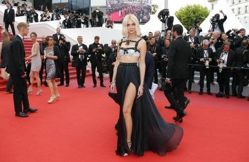 Chiara Ferragni arriva al Festival di Cannes e stupisce tutti: nuovo taglio di capelli o parrucca?