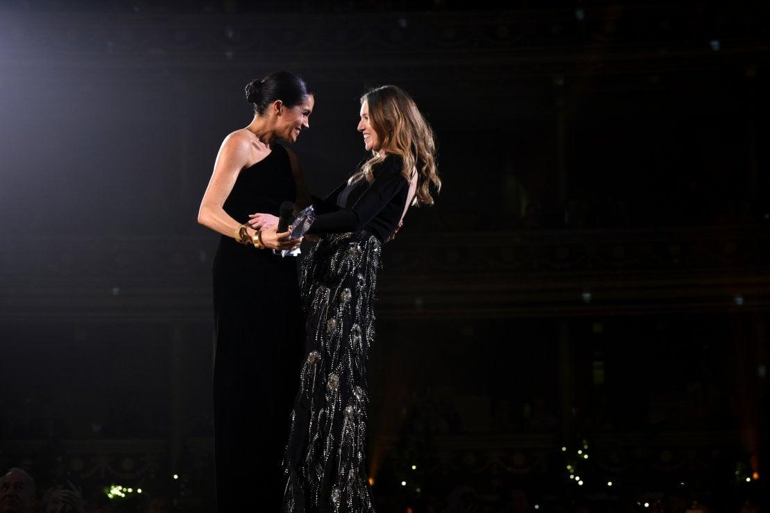 Meghan Markle abbraccia Clare Waight Keller dopo averle consegnato il premio come British Designer of the Year Womenswear Award nel 2018