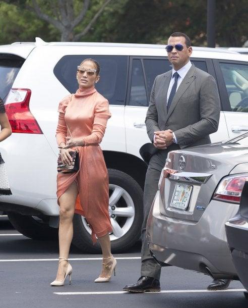 11381b350d Jennifer Lopez in abito di Gucci: lo spacco svela il calzoncino contenitivo
