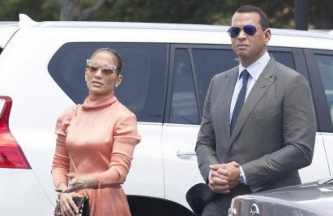 6dca0f1eb0 Jennifer Lopez in abito di Gucci: lo spacco svela il calzoncino contenitivo  - Moda - D.it Repubblica