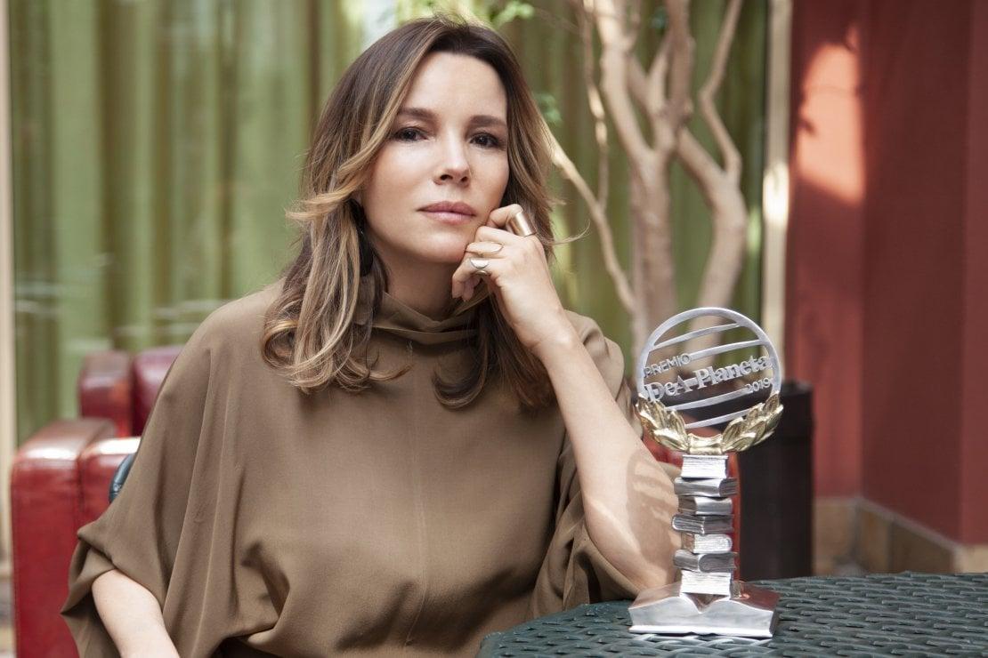 L'autrice con il Premio DeA Planeta 2019 vinto per il libro Nel silenzio delle nostre parole, ritratta da Mirta Lispi