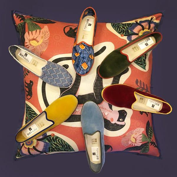 Friulane dalle tipiche stampe wax, colorate e geometriche, o monocolor con bordo a contrasto, Ardmore CeramicsDisponibili nella boutique Bifi Italia in Via Santa Marta 8/b a Milano.
