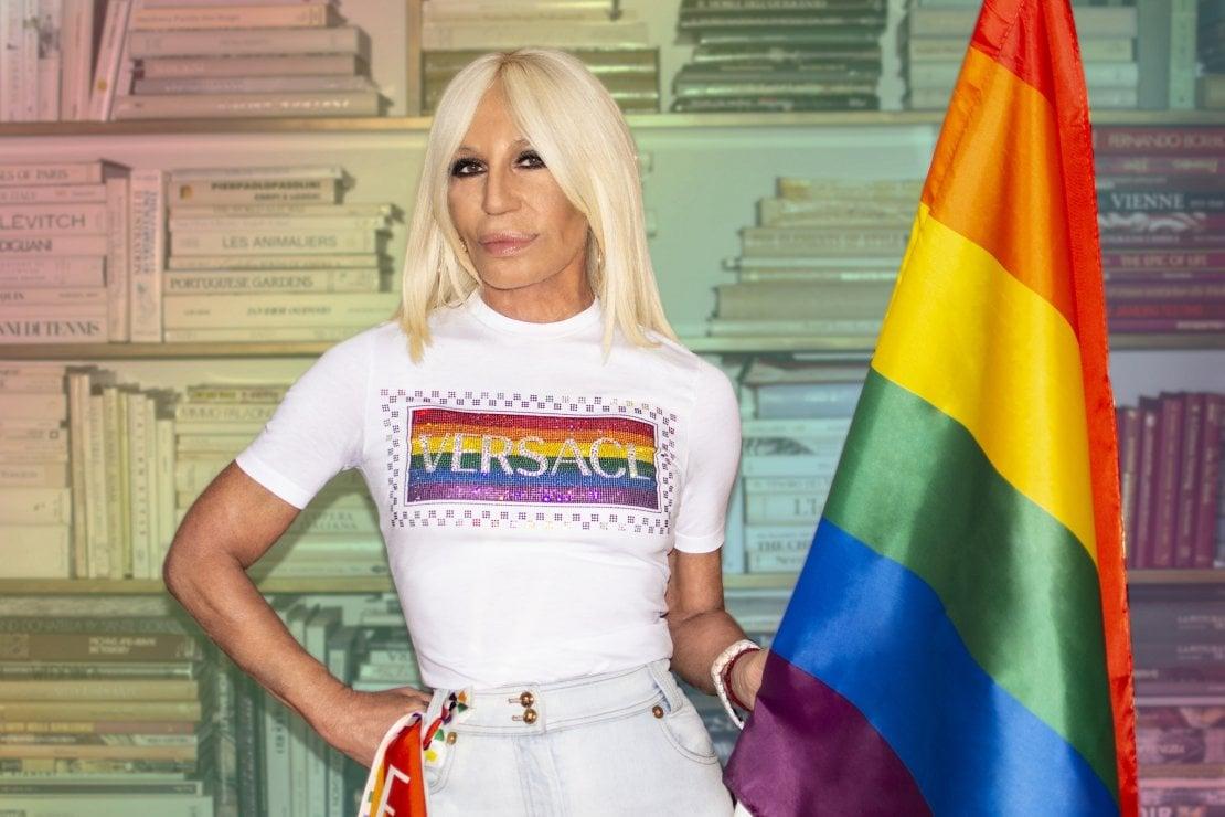 Versace: una maglietta arcobaleno per i diritti LGBTQ+