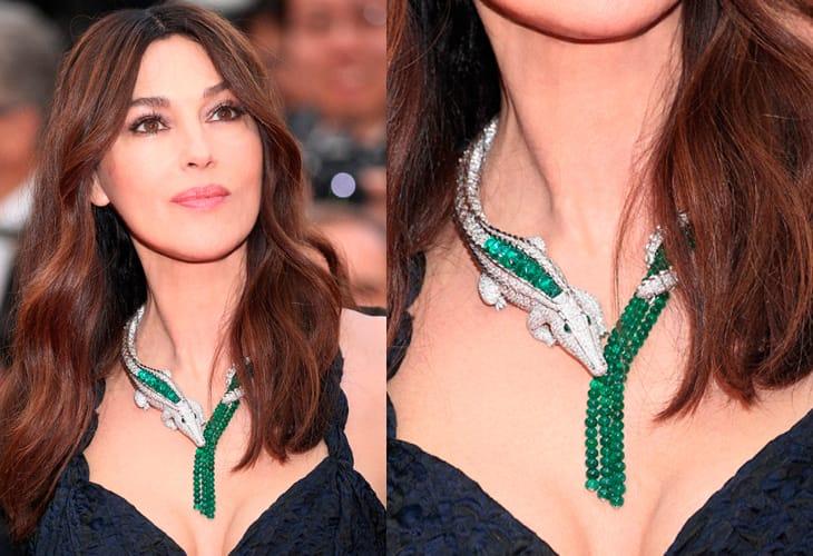Monica Bellucci (54 anni) ha indossato al Festival di Cannes il collier della collezione di Alta Gioielleria Cartier Magnitude: in oro bianco, sei smeraldi e occhi di smeraldo e brillanti.