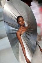 Stilisti stregati dalla Luna: così la moda celebra i 50 anni dall'allunaggio