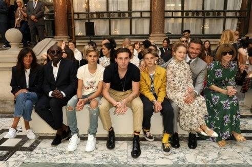 Da Romeo ad Harper, tutti i Beckham (più David) in prima fila per mamma Victoria