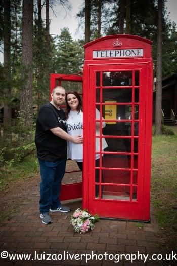 Non serve spendere una fortuna per avere un matrimonio ''magico'': la storia degli sposi in t-shirt lo dimostra