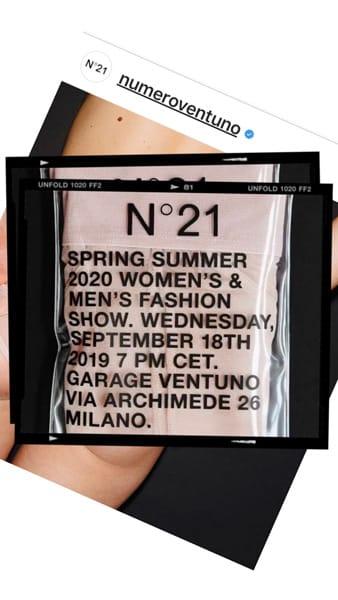 L'invito alla sfilata di N21: un paio di slip trasparenti da uomo racchiusi in una bustina