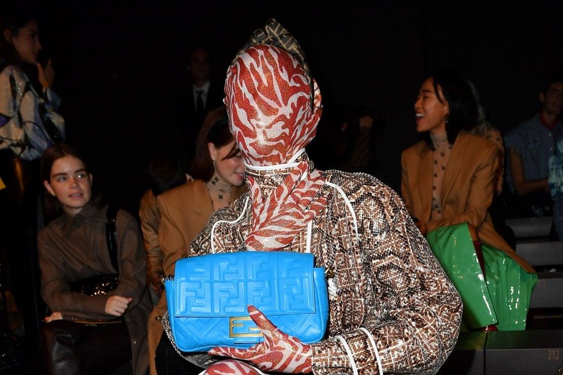 Checking Invoices, chi è l'influencer mascherata che sta facendo impazzire la Milano Fashion Week