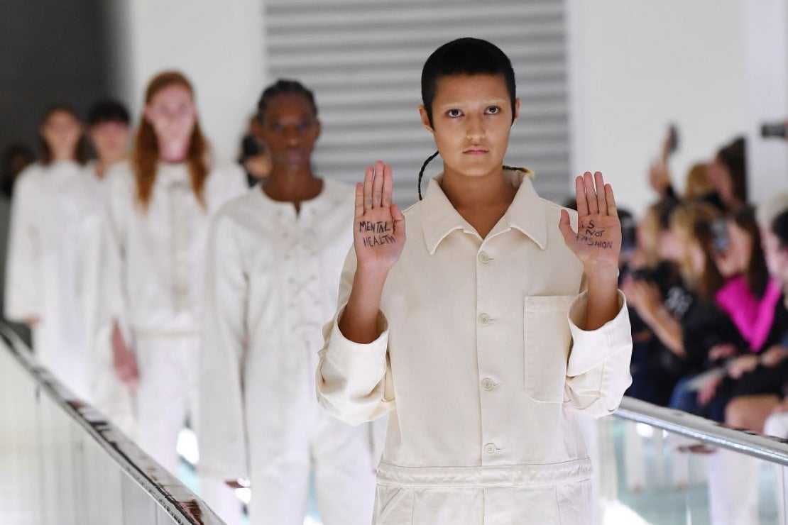Modella protesta in passerella da Gucci: ''La salute mentale non è moda''. Ma i capi incriminati non sono destinati alla vendita