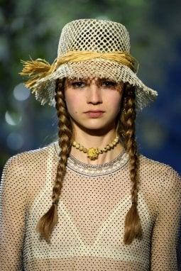 """Trecce alla Greta Thunberg e trucco minimale per il look """"ambientalista"""" di Christian Dior"""