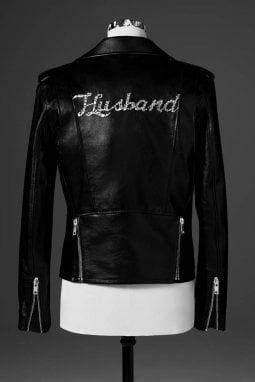 La giacca da biker disegnata da Hedi Slimane di Celine per Justin Bieber con la scritta