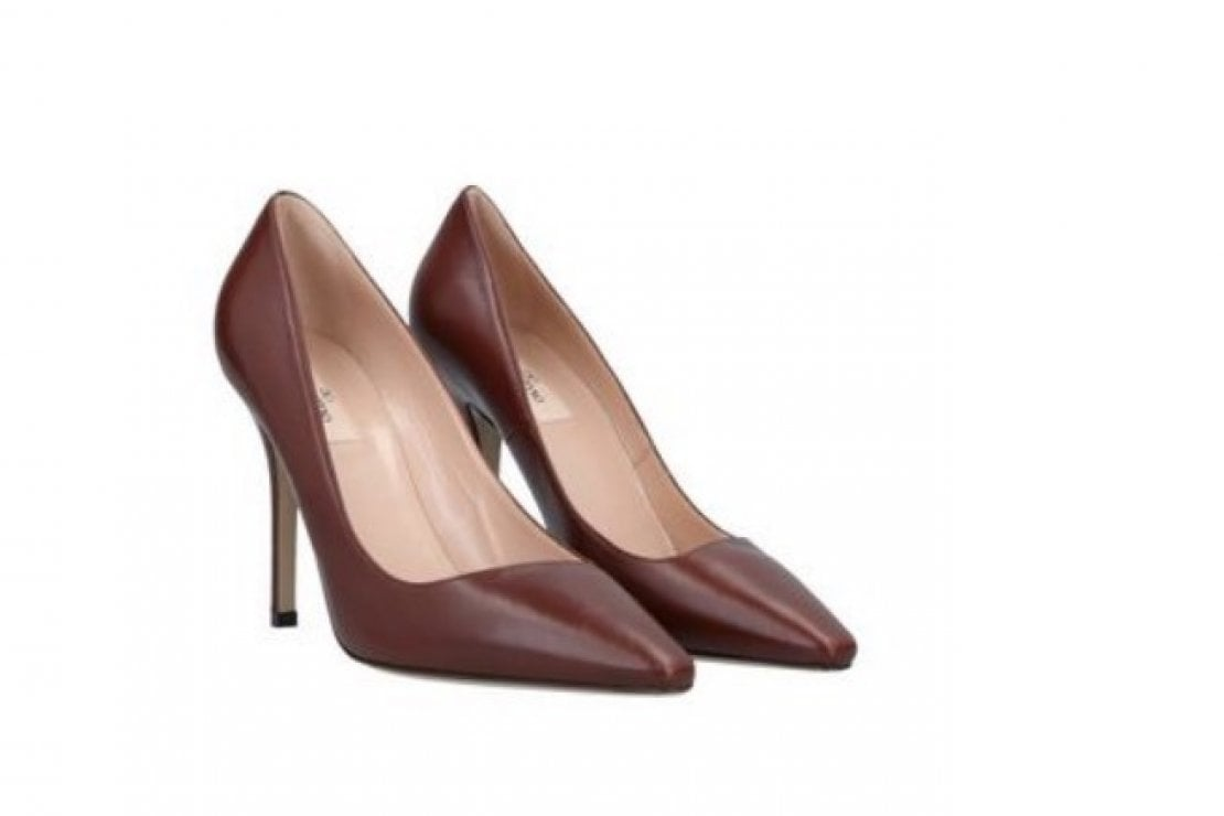Pumps in pelle marrone di Valentino Garavani in vendita su Yoox