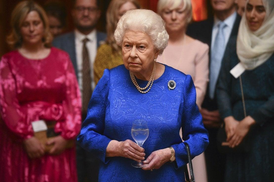 C'è una donna che indossa le scarpe della Regina. E non è l'unico segreto a essere svelato