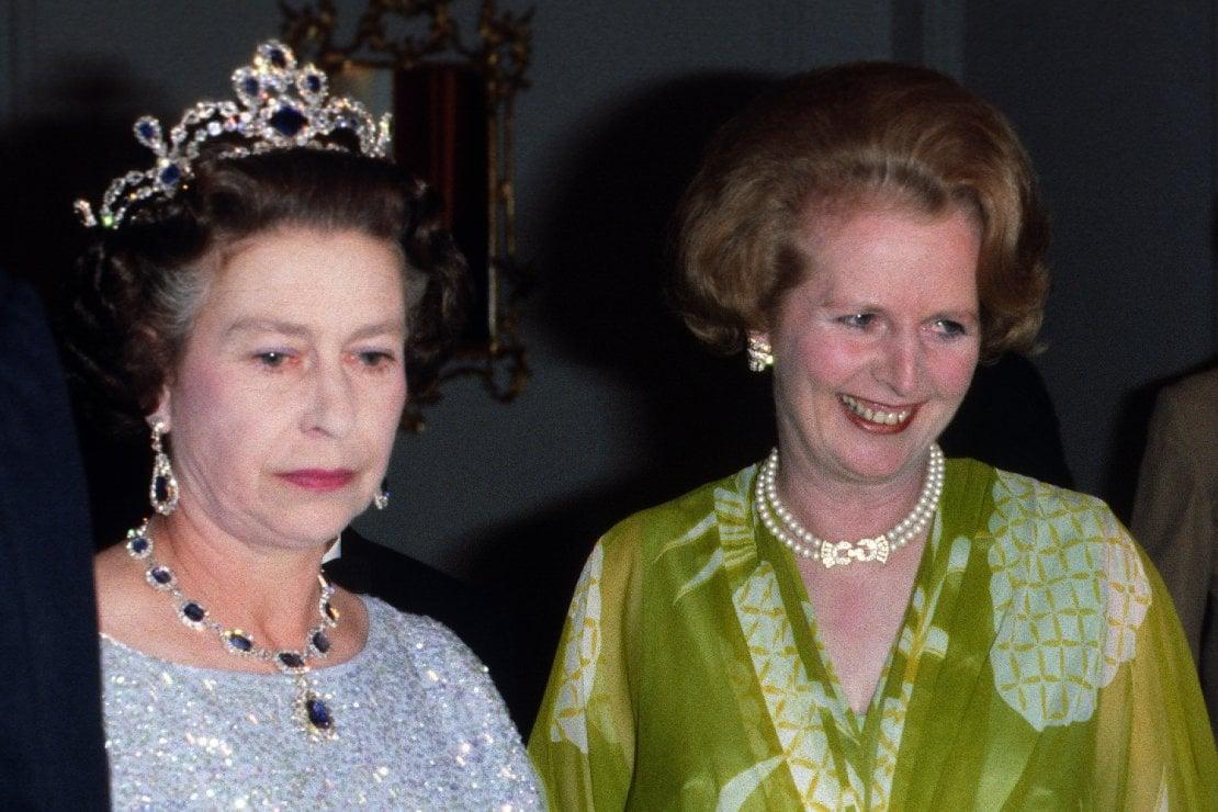 L'esorcismo per allontanare il fantasma di Lady Diana e altri segreti della regina Elisabetta II, svelati in un libro