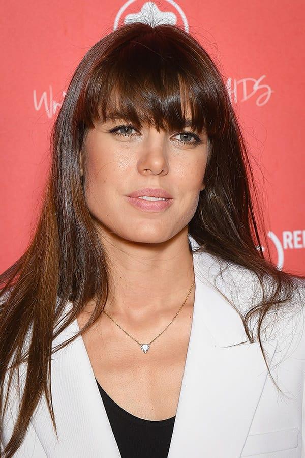 Charlotte Casiraghi cambia taglio di capelli e sceglie una frangia extra large sfilacciata