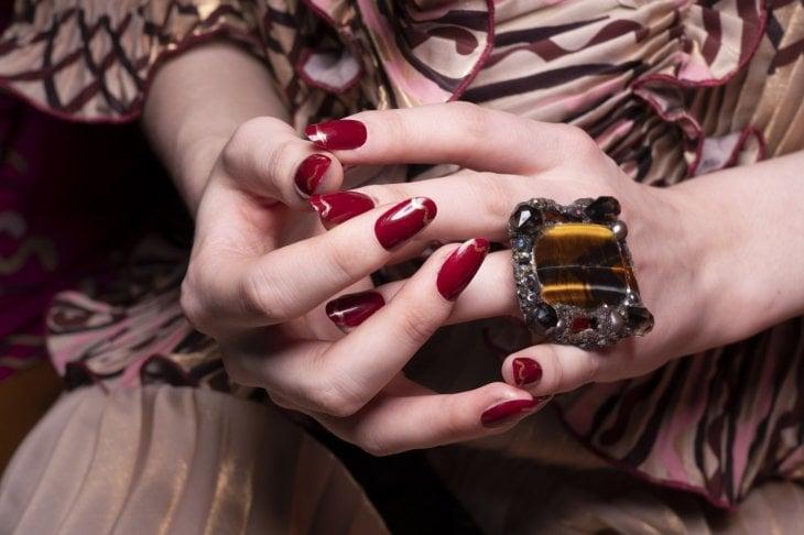 La manicure per l'autunno, tra eleganza e sobrietà: rosso, nude e i colori della terra