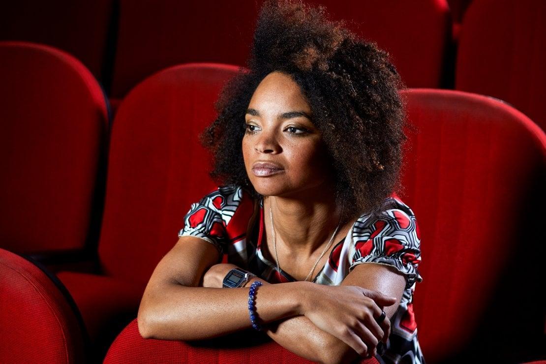 Rosanna Sparapano36 anni. Nata a Kinshasa, si è trasferita a Milano molto piccola con i genitori, scomparsi pochi anni dopo. La passione per il teatro è nata per caso quando, a 13 anni, ha sostituito un'attrice. Nel 2002 si è diplomata al Piccolo Teatro di Milano. Lavora anche nel cinema.
