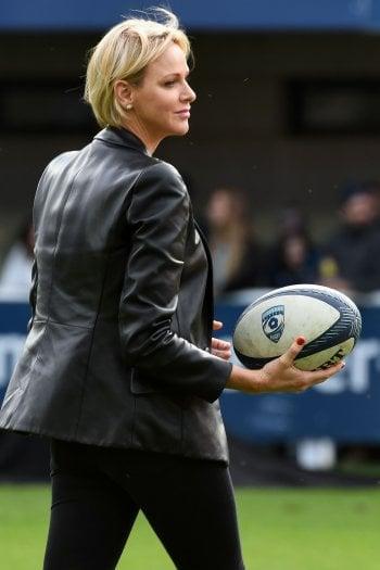 Si rivede Charlène di Monaco: la principessa ribelle segue la finale di rugby in un pub