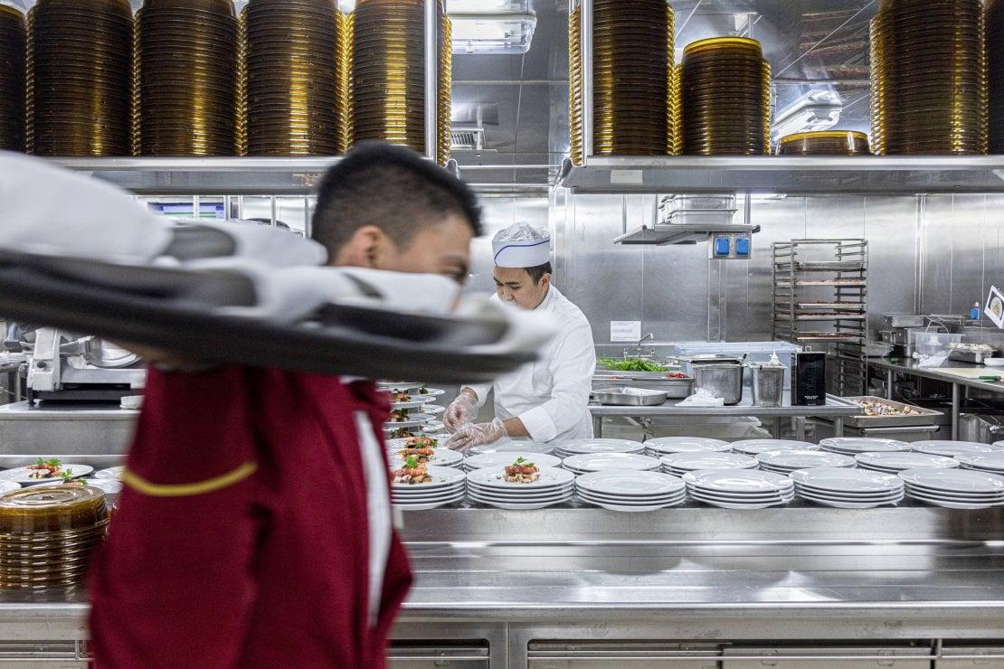 Tra i fornelli di una delle cinque cucine a bordo della nave da crociera Costa Diadema
