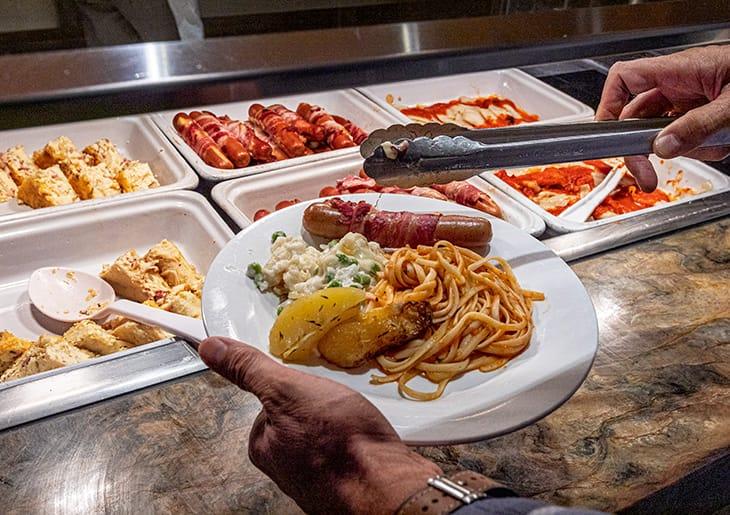 alcuni momenti di una giornata a bordo: dietro (in cucina e nella stiva) e davanti le quinte, tra code al buffet e palestra