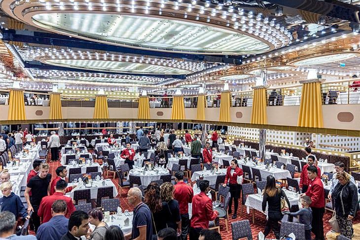 """Il Fiorentino Restaurant (uno degli 11 ristoranti sulla nave), pronto ad accogliere la """"carica"""" di passeggeri."""